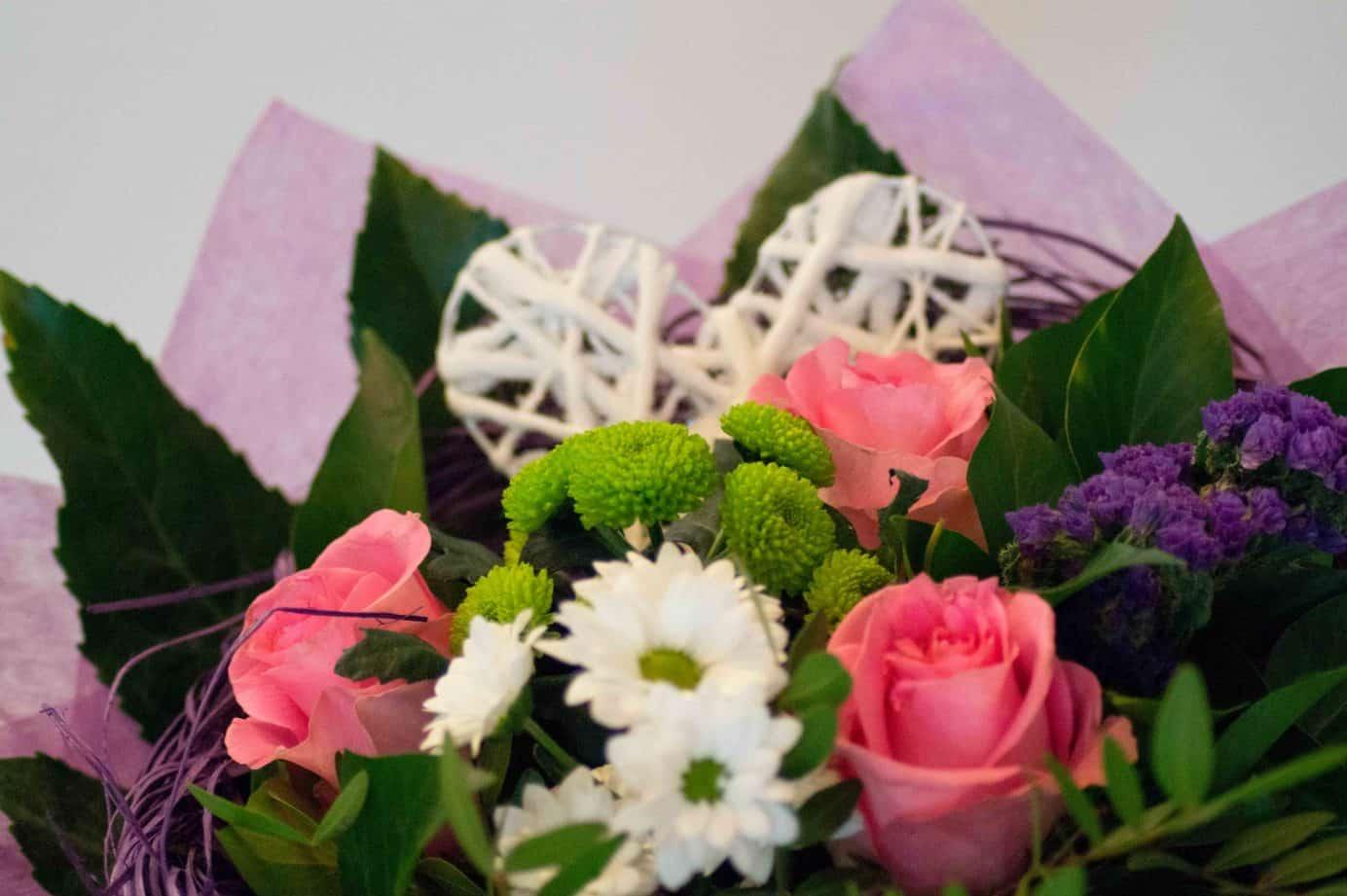 Blumenstrauß mit rosa Rosen und Herz